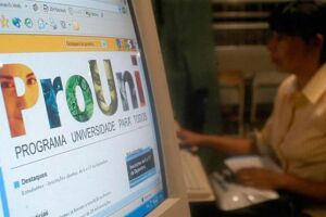 O ProUni oferece bolsas de estudo integrais e parciais em cursos de graduação de instituições privadas de educação superior