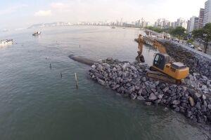 A barreira será formada por 49 grandes sacos preenchidos com areia e terá mais de 500 metros