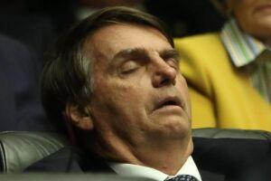 Bolsonaro foi flagrado dormindo durante expediente na Câmara, ano passado.