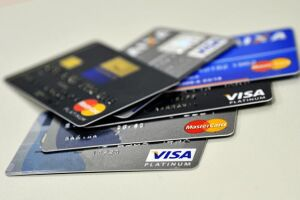 Cartões de crédito lideram as dívidas de 77% das famílias que têm despesas a pagar