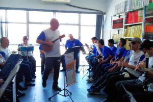 Com instrumentos de sopro, cordas e percussão, a orquestra é coordenada e regida por Paulo Mauá