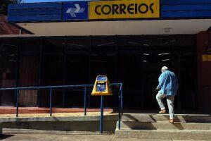Os funcionários dos Correios entraram em greve na noite deste domingo (11)