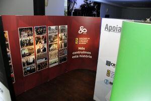 A exposição possui 32 painéis distribuídos numa espécie de labirinto