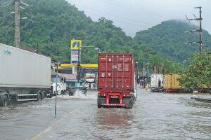 Vias ficaram alagadas na entrada de Santos