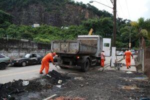 Funcionários também trabalharam na remoção de lama