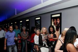 Mais de 300 figurantes santistas e outros profissionais que participaram do filme, na sessão das 20 horas, na sala VIP do Cine Roxy.