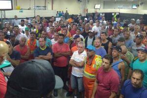 Os estivadores avulsos e vinculados do porto de Santos trabalham em 'operação padrão', desde as 7 horas desta quinta-feira (1º)