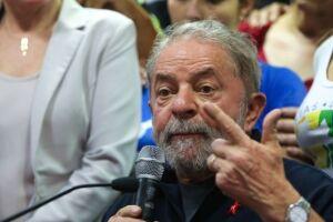 O petista reclama de uma capa da publicação que trouxe a foto da ex-primeira-dama Marisa Letícia e a afirmação de que ele, em depoimento ao juiz Sergio Moro, responsabilizou a esposa no caso do tríplex de Guarujá