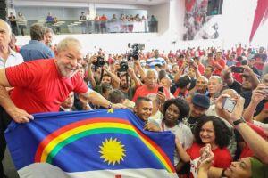 """Lula ainda fez menção à morte da vereadora do Rio Marielle Franco (PSOL) morta na quarta (14) em, segundo ele, """"uma barbaridade política"""" por """"um bando de imbecis""""."""