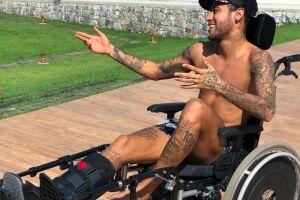 Neymar está se recuperando da operação em sua mansão no Rio de Janeiro