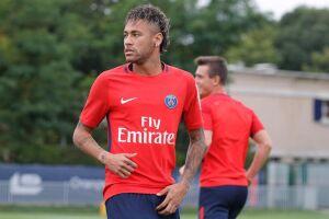 Neymar fraturou o quinto metatarso do pé direito.