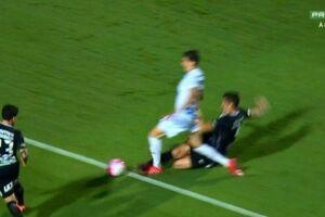 Corintiano Balbuena comete falta dentro da área e juiz não marca a penalidade.