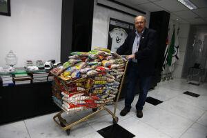 José Carlos Peres com os alimentos arrecadados