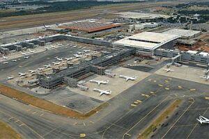 Ao menos cinco homens invadiram a pista do aeroporto de Viracopos, em Campinas (93 km de SP), na noite deste domingo (4), e roubaram uma carga que pertencia à empresa de valores Brinks