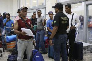 Refugiados venezuelanos se preparam para deixar Boa Vista com destino a São Paulo
