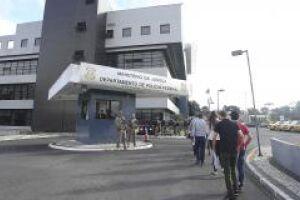 Pessoas com horário agendado fazem fila na parte externa do prédio da PF em Curitiba para obter passaporte