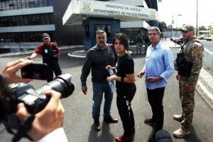 Paulo Pimenta, Lindbergh Farias e Manuela d'Ávila falam à imprensa em frente à Superintendência da Polícia Federal