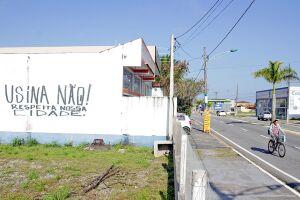 Mensagem contrária à instalação de usina na cidade foi pichada em muro de terreno em janeiro do ano passado