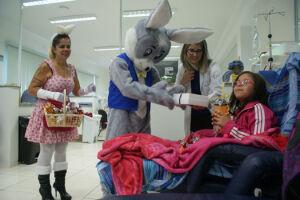 """Além de crianças que passam por tratamento no local, pacientes adultos também foram presenteados com chocolates e tiraram fotos com os """"coelhinhos"""""""