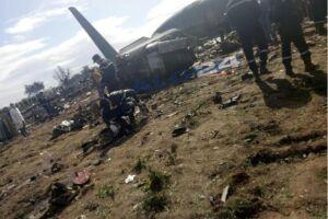 O avião caiu em um campo pouco após partir da base aérea militar Boufarik, a sudoeste da capital, segundo a informação oficial