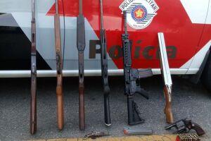 Armas, munições e ferramentas para manutenção foram apreendidas pelo policiais
