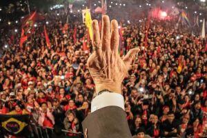 Lula está com a prisão decretada no caso tríplex do Guarujá desde quinta-feira, 5.