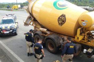 Durante a fiscalização foi encontrada no caminhão Betoneira, em um compartimento isolado, 3 toneladas de maconha