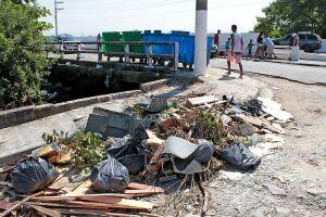Prefeitura disponibilizou contentores de lixo para que os moradores parassem de depositar os resíduos em qualquer lugar