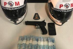 A PM apreendeu um simulacro de arma de fogo e recuperou o dinheiro que seria usado para pagamento de resgate da vítima