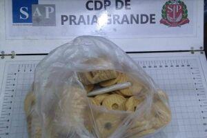 No Centro de Detenção Provisória de Praia Grande, uma mulher de 49 anos foi flagrada com dois cigarros de maconha (equivalente a dois gramas da droga) escondidos em um pacote de biscoitos