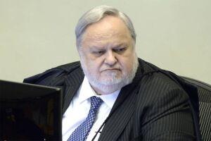 O ministro Felix Fischer, do Superior Tribunal de Justiça (STJ), negou na manhã de hoje (6) um habeas corpus com o qual um advogado não ligado à defesa tentava impedir a prisão do ex-presidente Luiz Inácio Lula da Silva