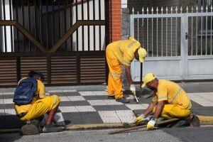 O Cuidando de Santos consiste em mutirões de zeladoria, que incluem capinação, drenagem, poda de árvores, entre outros serviços