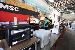 Geladeiras, rádios, TVs, batedeiras, vitrolas e computadores, entre outros eletrodomésticos e eletrônicos, podem ser encontrados no galpão de 800m2, no Paquetá, prontos para uso