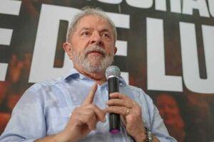 Lula passa o dia todo lendo ou vendo TV aberta, bebendo muita água mineral e não saiu da cela nem para caminhar