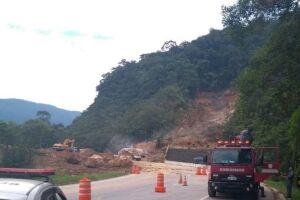 Trecho da rodovia atingido pelo deslizamento.