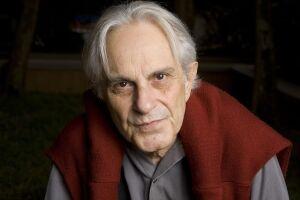 Mendes trabalhou também como jornalista e é um dos fundadores da Associação Paulista de Críticos de Arte