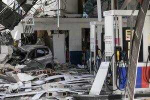 Parte da cobertura do posto desabou e a loja de conveniência que funcionava no local ficou destruída