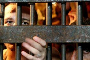 O diretor do presídio pedia favores sexuais em troca de transferências de presos.