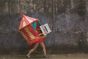 A Sanfonástica Mulher Lona é realizada por Lívia Mattos - circense, musicista e socióloga - apresentando seu mini-concerto ambulante, vestida de lona de circo