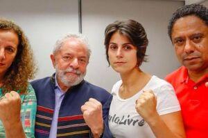 Manuela D´Ávila (de camiseta branca), em encontro antes da prisão de Lula.