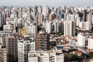 Um número maior de brasileiros passou em 2017 a viver em imóveis cedidos por terceiros