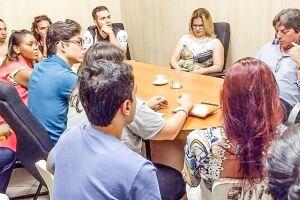 Adiamento foi anunciado pelo secretário de Educação, Pedro de Sá, em reunião com representantes dos universitários, o prefeito Ademário Oliveira e os vereadores Erika Verçosa e Márcio Nascimento