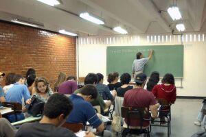 O Brasil tem dificuldade em atrair jovens talentosos para a carreira de professor