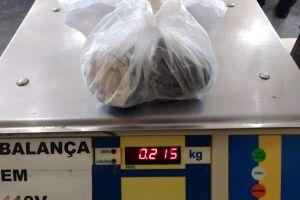 A primeira apreensão se deu por volta das 9h, quando uma mulher de 28 anos foi flagrada com 215 gramas de cocaína