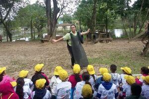 Evento ensina crianças de 7 a 12 anos e voluntários a decorar pneus inservíveis e reutilizá-los como lixeiras ecológicas