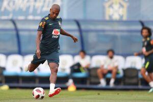 Fernandinho, 33, é daqueles jogadores que podem passam desapercebido pelos torcedores, mas que são idolatrados pelos treinadores
