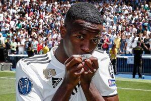 Vinicius Júnior foi ao gramado do estádio Santiago Bernabéu uniformizado e foi ovacionado por muitos torcedores