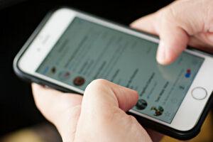 O WhatsApp passará a informar quando uma mensagem não foi escrita originalmente por quem a enviou