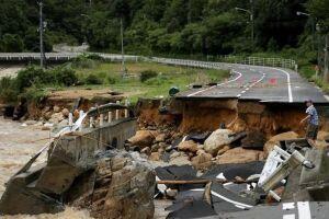 As chuvas fortes derrubaram pontes e interromperam serviços de transporte.