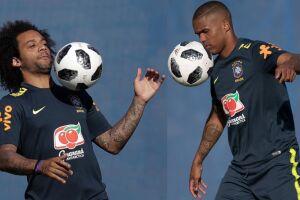Marcelo e Douglas Costa participaram de um treino em campo reduzido e de uma atividade de finalizações com cruzamentos pelo lado do campo sem limitações